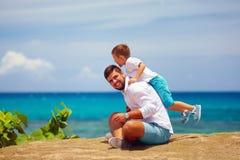 Père joyeux et fils ayant l'amusement pendant des vacances d'été Photographie stock