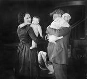 Père jugeant le bébé et la mère tenant une poupée (toutes les personnes représentées ne sont pas plus long vivantes et aucun doma Photographie stock