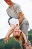 Père laissant la fille voler sur ses bras Images libres de droits
