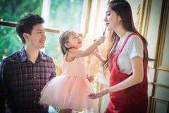 Père, mère et fille jouant avec le maquillage Image libre de droits