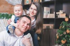 Père, mère et nourrisson chez Cristmas au salon Photo libre de droits