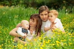 Père, mère heureuse et fils de famille détendant en parc Photos libres de droits