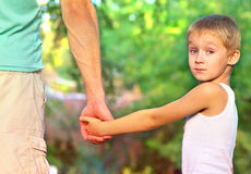 Père Man de famille et enfant de garçon de fils jugeant de pair extérieur Photo stock