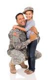 Père militaire étreignant la fille Photographie stock libre de droits