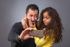 Père noir prenant des selfies avec sa fille Photos libres de droits