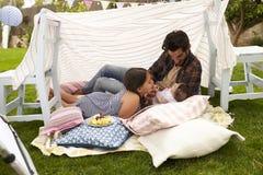 Père Playing With Daughters dans le repaire fait à la maison de jardin Photographie stock libre de droits