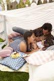 Père Playing With Daughters dans le repaire fait à la maison de jardin Images libres de droits
