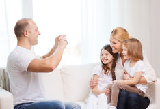 Père prenant la photo de la mère et des filles Photographie stock