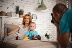 Père prenant une photo de sa famille images libres de droits