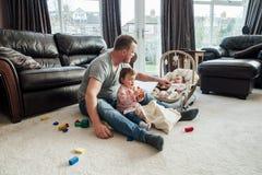 Père Relaxing avec ses filles à la maison Image libre de droits