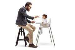 Père reposant et alimentant son bébé dans une alimentation photos stock