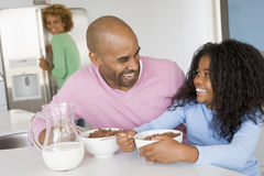 Père s'asseyant avec le descendant au déjeuner image libre de droits