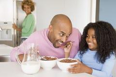 Père s'asseyant avec le descendant au déjeuner Images stock