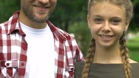 Père simple et fille de l'adolescence souriant et montrant des pouces, famille heureuse clips vidéos