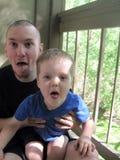 Père simple et fils étant maladroits Photographie stock libre de droits
