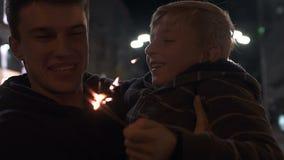 Père simple et fils célébrant Noël, ayant l'amusement ensemble, bonheur banque de vidéos