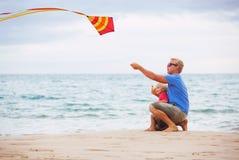 Père And Son Playing avec le cerf-volant Images libres de droits