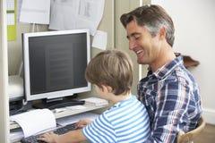Père And Son Together dans le siège social Photos stock