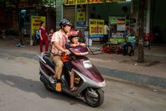 Père And Son On une motocyclette Images libres de droits