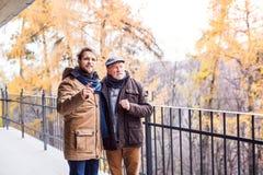 Père supérieur et son jeune fils sur une promenade Image stock