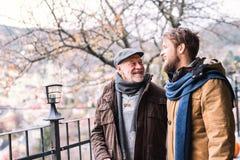 Père supérieur et son jeune fils sur une promenade Photographie stock
