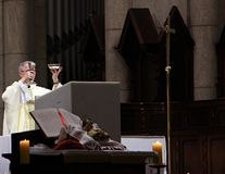 Père sur l'autel de la cathédrale images libres de droits
