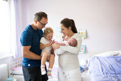 Père tenant la fille avec la varicelle Enfantez le fils de chéri de fixation Photo stock