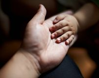 Père tenant la main du fils s Image libre de droits