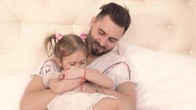 Père tendre étreignant sa fille affectueuse mignonne banque de vidéos
