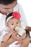 Père trayant le bébé photos stock