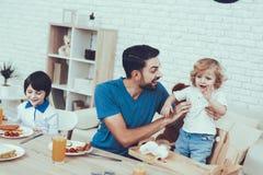 Père Two Boys Temps à la maison père Petit déjeuner image stock