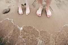 A pé ao Sandy Beach na maré alta Foto de Stock