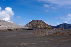 Pé arenoso de Brown da montagem Bromo do vulcão ativo cedo na manhã no parque nacional de Tengger Semeru imagem de stock