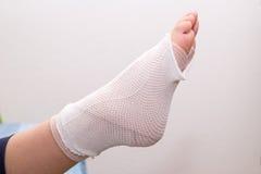 Pé com ferimento do pé da atadura, torcido pé, tornozelo torcido Fotos de Stock Royalty Free