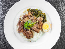 Pé cozido da carne de porco no arroz com ovo cozido e conserva imagem de stock