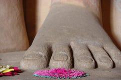 Pé da Buda com ofertas floreal Fotos de Stock