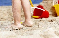 Pé da criança na areia. fotografia de stock royalty free
