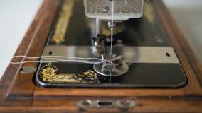 Pé da máquina de costura manual antiga, fim acima, foco selecionado imagens de stock