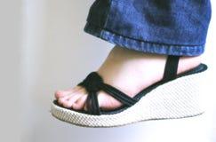 Pé da mulher com sandália Fotos de Stock