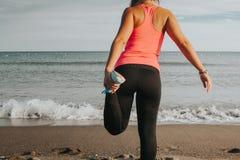 Pé da mulher que estica na praia foto de stock royalty free
