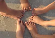Pé das crianças na praia Fotos de Stock Royalty Free