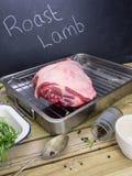 Pé de cordeiro com os ingredientes para o cordeiro assado Imagem de Stock Royalty Free