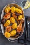 Pé de galinha assado com batatas e os vegetais fervidos no fundo preto Copie o espaço Vista superior fotos de stock