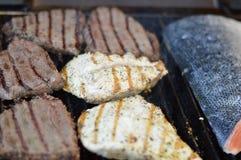 Pé de galinha fritada com fritadas e salada Fotos de Stock