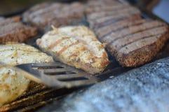 Pé de galinha fritada com fritadas e salada Imagens de Stock