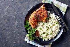 Pé de galinha grelhado saboroso com arroz da couve-flor fotografia de stock royalty free