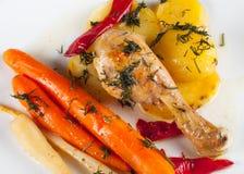 Pé de galinha roasted friável com vegetais Imagem de Stock