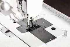 Pé de Presser da máquina de costura industrial branca fotos de stock royalty free