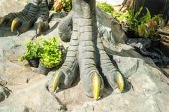 Pé de um dinossauro Fotos de Stock