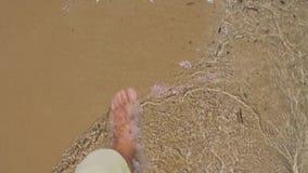 Pé desencapado de passeio do homem no Sandy Beach video estoque